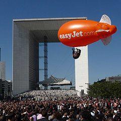 dirigeable gonflé à l'hélium pour événement marketing à la défense à Paris