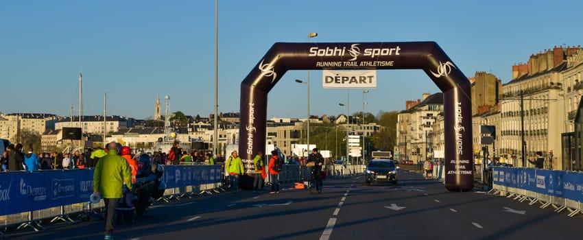 arche publicitaire auto-ventilée pour départ marathon