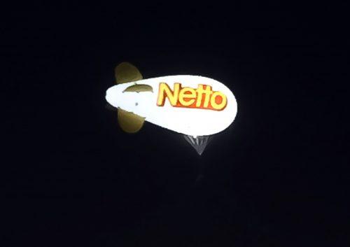 ballon dirigeable Netto pour la publicité du magasin à Niort