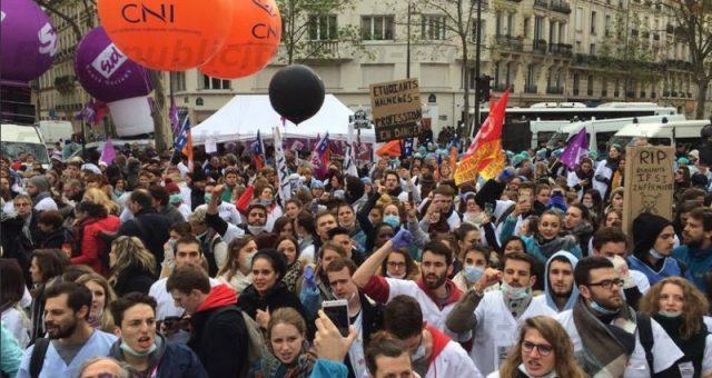 2 ballons à l'hélium CNI pour la manifestation des infirmiers à Paris le 8 novembre 2016