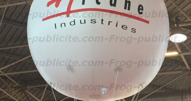 Arcane se démarque sur son stand avec un ballon publicitaire salon