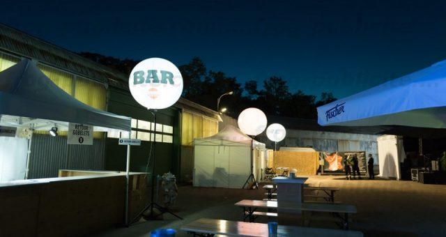 23 ballons lumineux sur trépied pour «Jazz au pays»