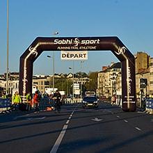 Arche publicitaire auto-ventilée sobhi sport pour un départ d'une course à pied