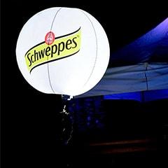 ballon sur trépied éclairant au festival offshore en Belgique