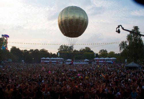 Ballon géant de 6m: une trapéziste qui vole !!