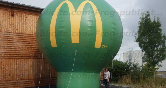 Une montgolfière publicitaire géante sur le toit d'un Mc Donald's
