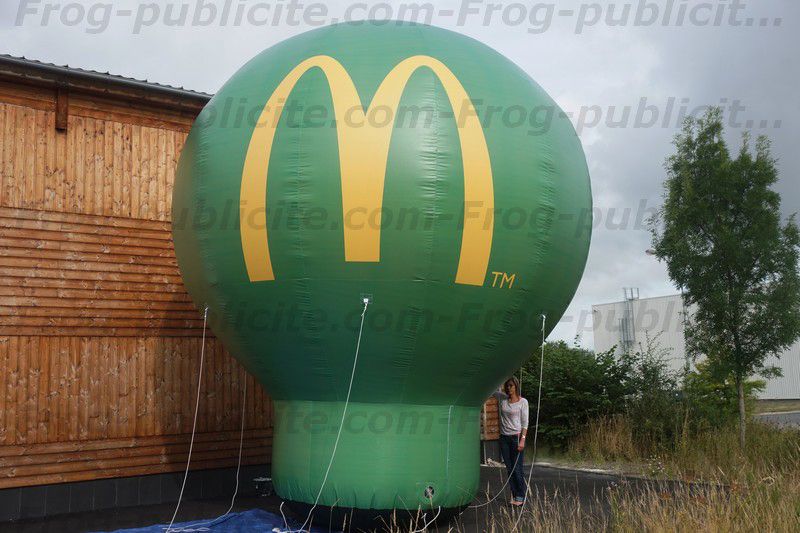 Une montgolfière publicitaire géante pour le Mc donald's à La Mure