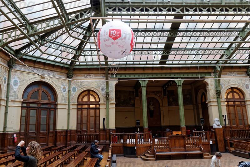 Bourse du travail à Paris - 1 ballon gonflé à l'hélium