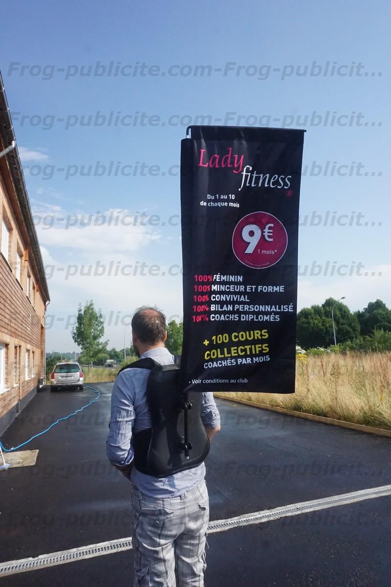 Un drapeau sac à dos avec impression double face pour du street marketing - Lady fitness