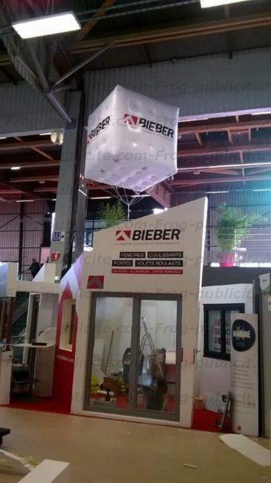 cube publicitaire bieber hélium géant sur un salon de l'habitat