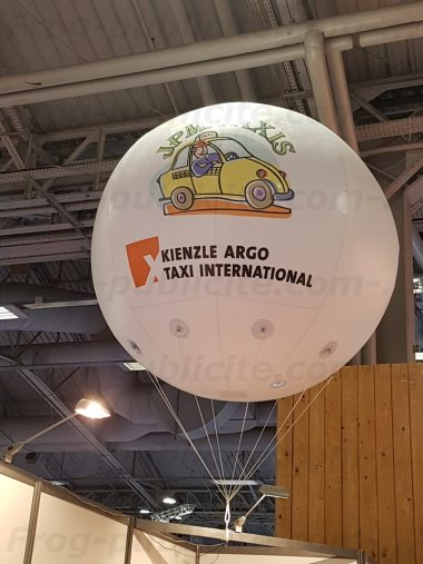 JPM Taxis communique sur un Salon avec un ballon publicitaire géant gonflé à l'hélium