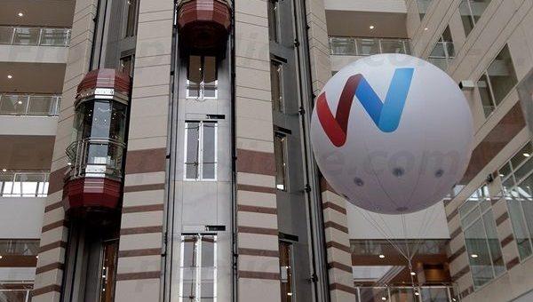 Un ballon publicitaire intérieur dans le hall d'un l'hôtel à Paris [vidéo]