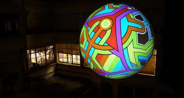 Ballon gonflable géant à l'air exposé en extérieur à Paris