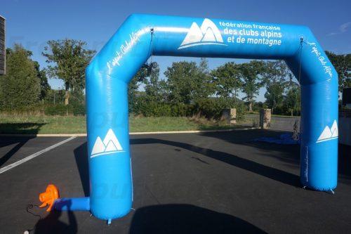 Arche publicitaire auto-ventilée arrivée course skii