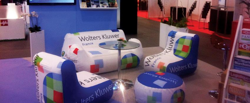 canapé et pouf gonflable publicité pour un stand sur un Salon