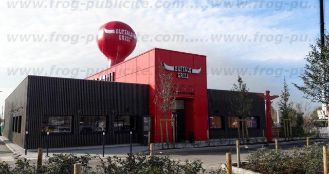 Une montgolfière gonflable sur le toit d'un restaurant