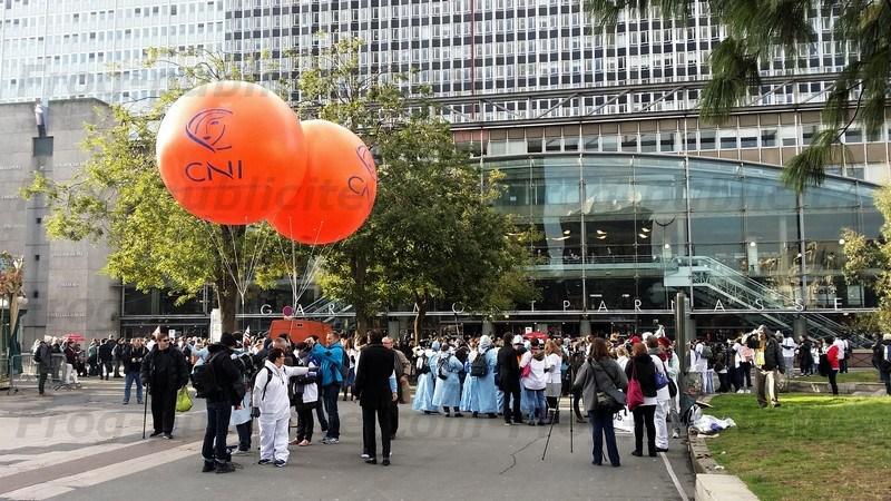 2 ballons à l'hélium orange CNI à l'occasion de la manifestation des infirmiers à Paris le 8 novembre 2016