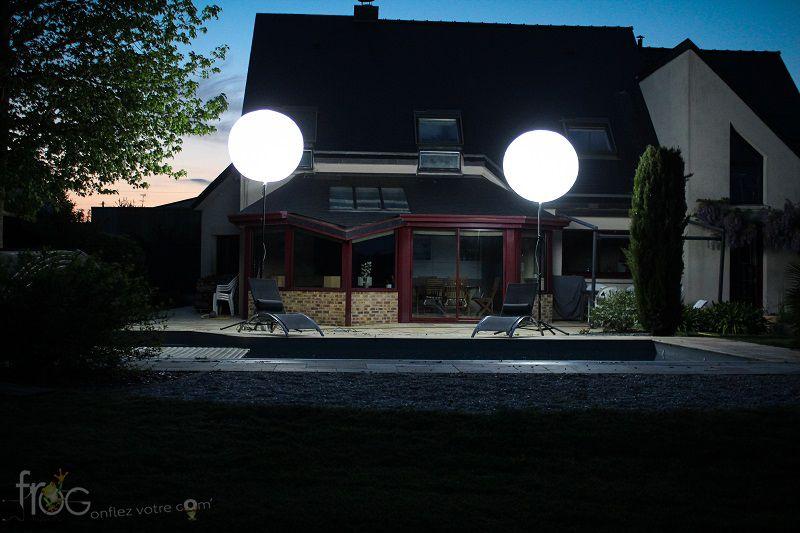 ballon eclairant led installé à l'extérieur en terrasse d'un restaurant en Corse