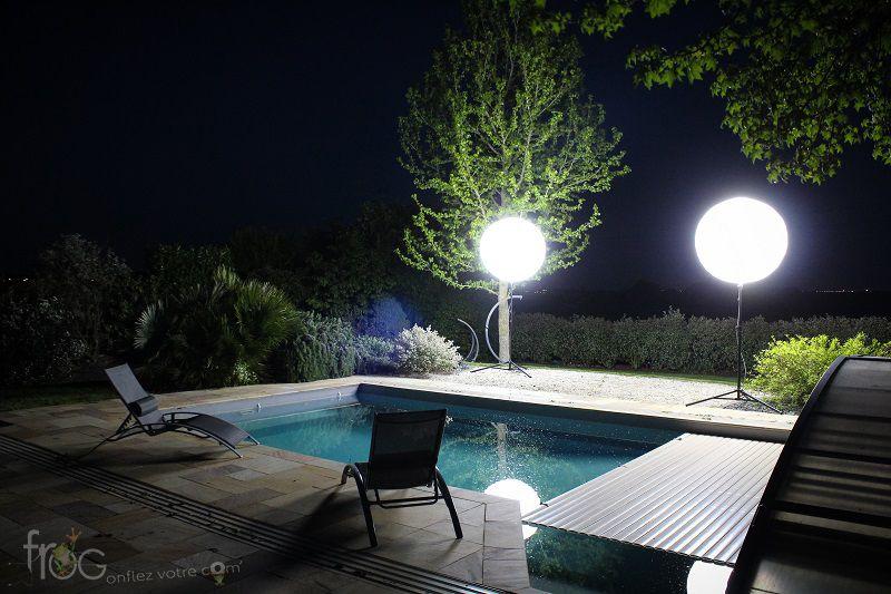 Ballon pub sur pied pour éclairage d'un jardin avec piscine la nuit